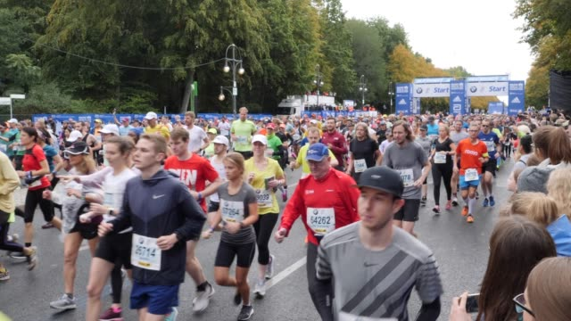 athletes at the start during the fourth start phase during the 46th berlin marathon 2019 on september 29 2019 in berlin germany - marathon stock-videos und b-roll-filmmaterial