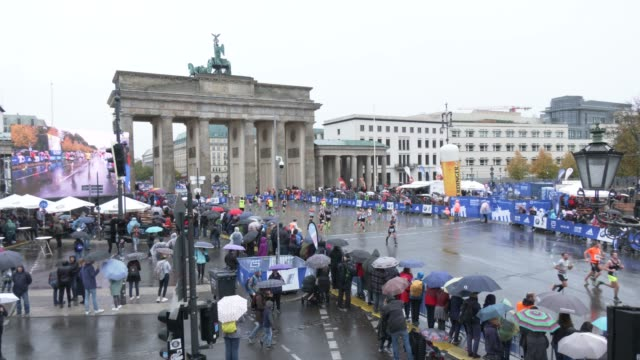 athletes compete during the 46th berlin marathon 2019 near the finish at brandenburg gate on september 29, 2019 in berlin, germany. - brandenburg gate stock videos & royalty-free footage