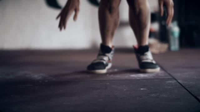 athlet es feet in turnhalle - niedrige abschnitt - gymnastikmatte stock-videos und b-roll-filmmaterial