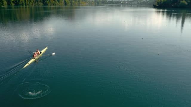 Luchtfoto atleten in stuurman passerende op een meer