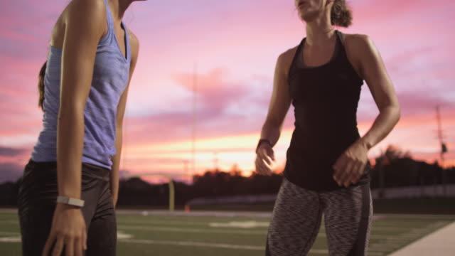 stockvideo's en b-roll-footage met athletes resting on football field - bukken