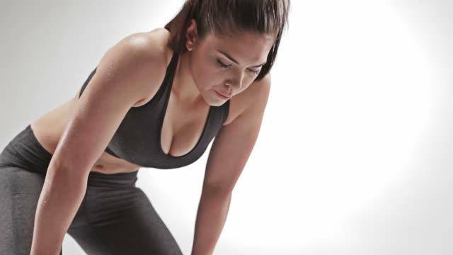 athletic caucasian woman bending and resting - böja sig bildbanksvideor och videomaterial från bakom kulisserna