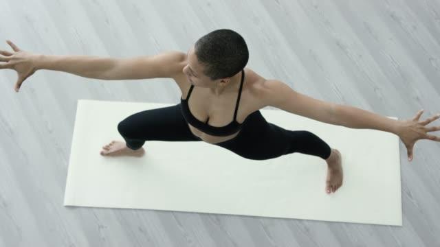 atletisk etniska kvinna gör yoga - sportbehå bildbanksvideor och videomaterial från bakom kulisserna