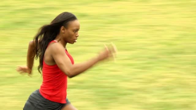 vidéos et rushes de femme athlétique allant de gauche à droite, mcu - joggeuse