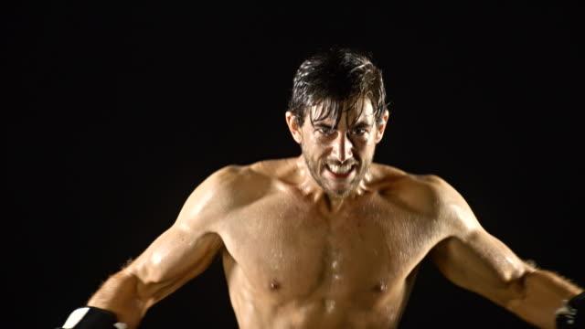 vídeos y material grabado en eventos de stock de athletic hombre de boxeo cámara lenta - guante de boxeo