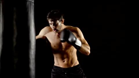 stockvideo's en b-roll-footage met atletische mannelijke boksen slow-motion - black background