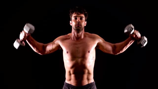アスレチック雄フィットネス社のダンベルウエイトトレーニング - 筋肉質点の映像素材/bロール