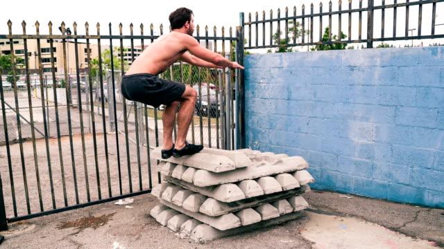 Atletische mannelijke training sportschool Slow-Motion
