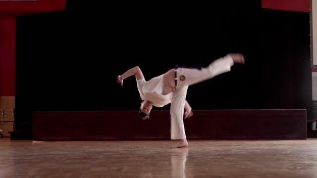 Sportlicher Mann mit ein Capoeira-Training in einem Fitnessstudio.