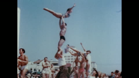 1947 athletic men and women perform acrobats at muscle beach - ベニスビーチ点の映像素材/bロール