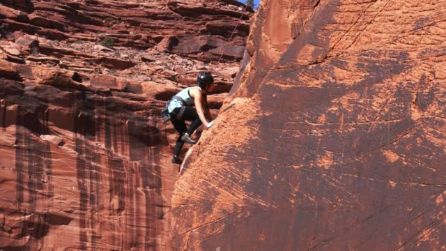 vídeos y material grabado en eventos de stock de escalada deportiva mujer en moab - alta utah