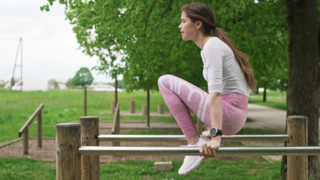 vidéos et rushes de femme athlétique faisant l'exercice abdominal dans la forme physique extérieure - non urban scene