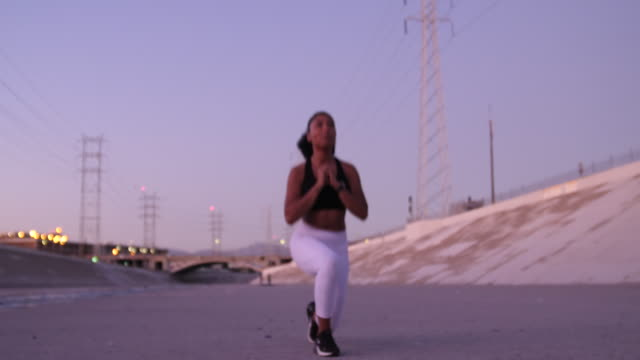 athletic woman doing jumping lunges - lunge stock videos & royalty-free footage