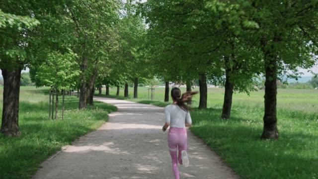 vidéos et rushes de jogging de femme athlétique dans le parc - non urban scene