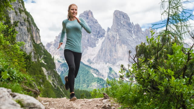 Sportliche Frau Trailrunning in Bergen