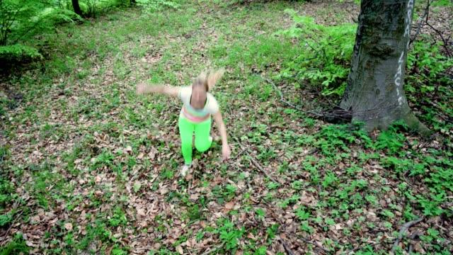 sportliche frau frau verletzt ihr bein beim joggen im wald. - schmerz stock-videos und b-roll-filmmaterial