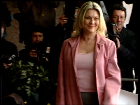 atkins diet fears; ext actress amanda redman in pink outfit arriving at function - amanda redman stock-videos und b-roll-filmmaterial