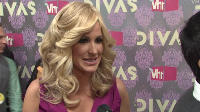 atlanta housewife kim zolciak talking about being a diva and looking forward to seeing miley cyrus perform at the 2009 vh1 divas red carpet at new... - vh1 divas stock videos and b-roll footage
