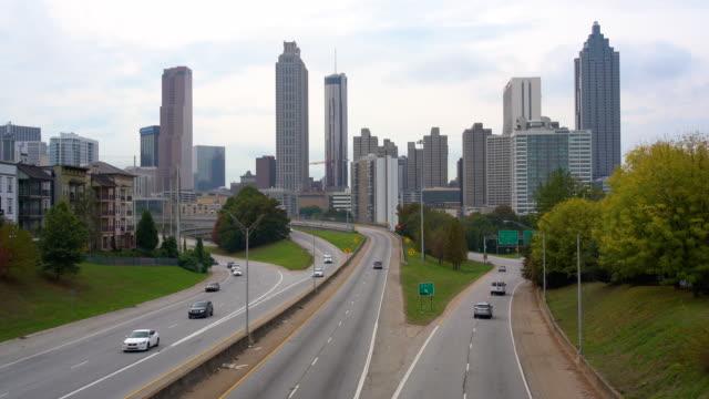 vidéos et rushes de horizon d'atlanta et trafic urbain / atlanta, ga, etats-unis - atlanta