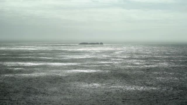 atlantic beach mit kleinen insel in der rückseite beleuchtet - kiel rumpf stock-videos und b-roll-filmmaterial