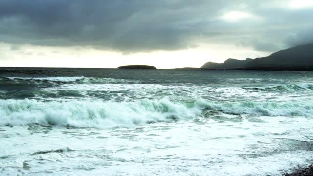 atlantischen ozeanwellen rollen an kiel-strand in irland - kiel rumpf stock-videos und b-roll-filmmaterial