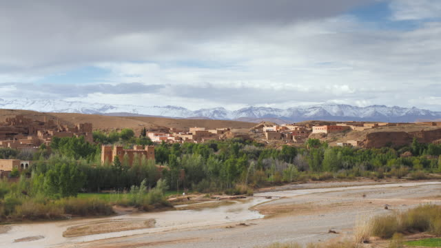 ws t/l atlas mountains behind boumalne du dades in  dades valley / morocco - 史跡めぐり点の映像素材/bロール