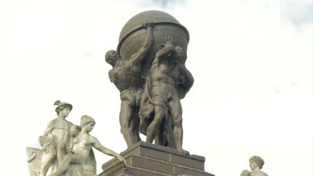 vídeos de stock e filmes b-roll de atlas statue, berlin,history, - estátua de atlas