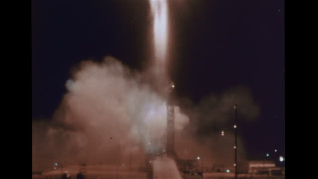 vidéos et rushes de atlas-agena rocket w/ mariner 4 on launch pad, ignition, lift off. mariner 4 open in space. illustration: camera gyro stabilizer. animation: marine 4... - astronomie