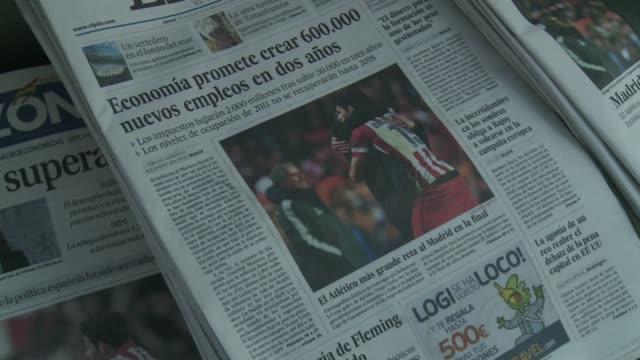 vídeos y material grabado en eventos de stock de atletico madrid set up a champions league final against city rivals real madrid after coming from behind to win 3-1 at chelsea in their semi final... - ronda de semifinales