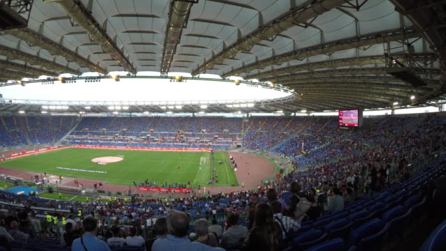 vídeos de stock e filmes b-roll de atmosfere at stadio olimpico in rome, italy, on may 14, 2017 before serie a match between as rome v juventus fc. - maça