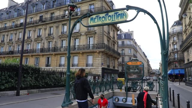 """atmosphere at a parisian metro station entrance """"hector guimard"""" style on june 15, 2020 in paris, france. french president emmanuel macron has just... - 方向標識点の映像素材/bロール"""