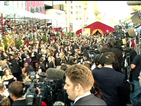 vídeos y material grabado en eventos de stock de atmosphere at the 2005 annual academy awards arrivals at the kodak theatre in hollywood, california on february 28, 2005. - 77ª ceremonia de entrega de los óscar