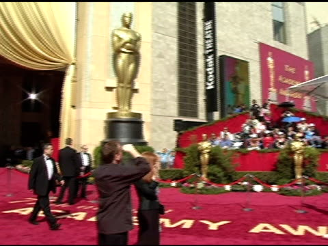 stockvideo's en b-roll-footage met atmosphere at the 2005 annual academy awards arrivals at the kodak theatre in hollywood, california on february 28, 2005. - 77e jaarlijkse academy awards