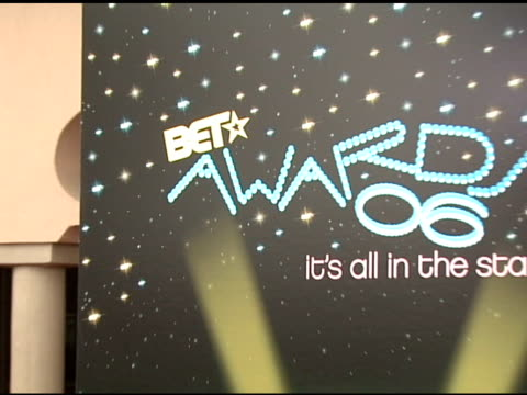 vídeos y material grabado en eventos de stock de atmosphere at the 2006 bet awards arrivals at the shrine auditorium in los angeles, california on june 27, 2006. - black entertainment television