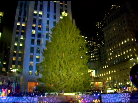 atmosphere at the 74th annual rockefeller center christmas tree lighting ceremony at rockefeller center in new york new york on november 29 2006 - クリスマスツリー点灯式点の映像素材/bロール