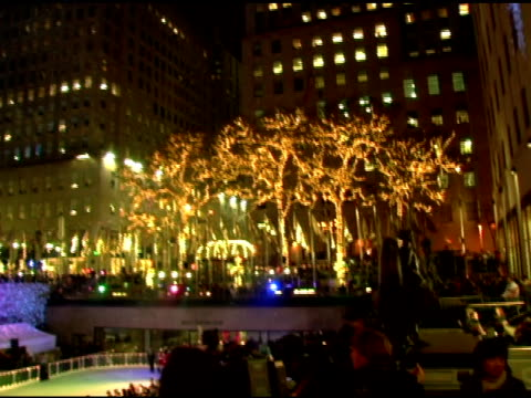 atmosphere at the 74th annual rockefeller center christmas tree lighting ceremony at rockefeller center in new york, new york on november 29, 2006. - illuminazione dell'albero di natale del rockefeller center video stock e b–roll