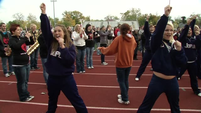 atmosphere at the barry manilow brings music back to joplin students at joplin mo. - バリー・マニロウ点の映像素材/bロール
