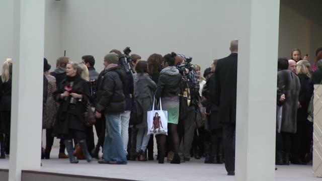 vidéos et rushes de london fashion week a/w 2010 red carper arrivals at london england - burberry prorsum