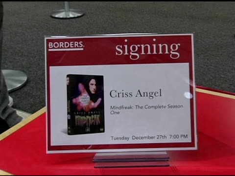 vídeos de stock, filmes e b-roll de atmosphere at the dvd signing of criss angel's 'mindfreak' at borders columbus circle in new york new york on december 27 2005 - evento de autógrafos