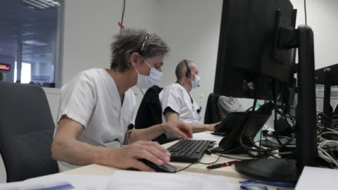 stockvideo's en b-roll-footage met atmosphere at the metropole savoie hospital center during the coronavirus health crisis on march 26, 2020 in chambery, france. doctors and medical... - bord in geval van nood