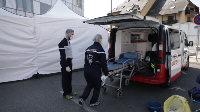 stockvideo's en b-roll-footage met atmosphere at the metropole savoie hospital center during the coronavirus health crisis on march 26, 2020 in chambery, france. paramedics clean a... - bord in geval van nood