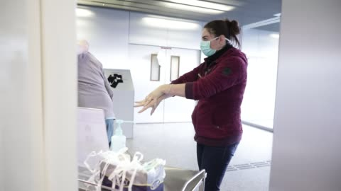 stockvideo's en b-roll-footage met atmosphere at the metropole savoie hospital center during the coronavirus health crisis on march 26, 2020 in chambery, france. visitors wash their... - bord in geval van nood