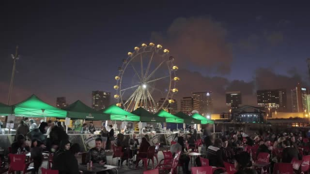vídeos de stock, filmes e b-roll de atmosphere at the primavera sound music festival in barcelona with the ferrie wheel in the background primavera sound festival in barcelona 2013 at... - festivaleiro