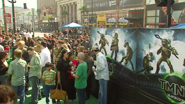 atmosphere at the 'teenage mutant ninja turtles' world premiere at grauman's chinese theatre in hollywood, california on march 17, 2007. - ミュータント・タートルズ点の映像素材/bロール