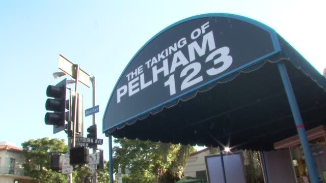 atmosphere at the 'the taking of pelham 1 2 3' premiere at westwood los angeles ca - pelham 1 2 3: ostaggi in metropolitana video stock e b–roll