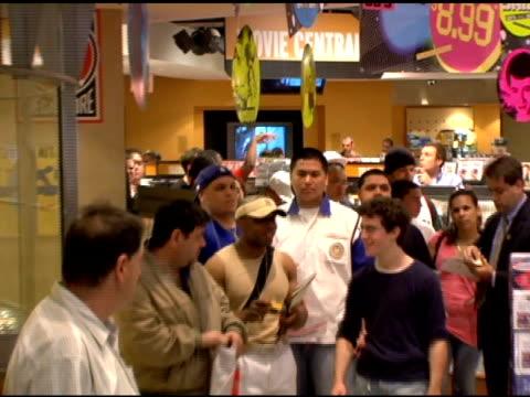 atmosphere at the vida guerra playboy july 2006 issue signing at virgin megastore times square in new york, new york on june 15, 2006. - vida guerra bildbanksvideor och videomaterial från bakom kulisserna