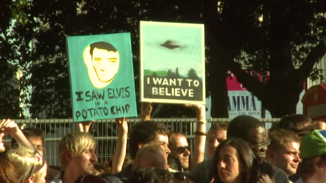 atmosphere at the x-files: i want to believe uk premiere at london . - xファイル点の映像素材/bロール