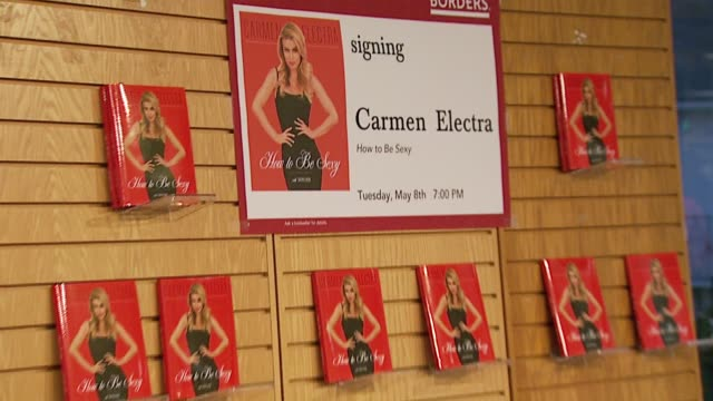 vídeos y material grabado en eventos de stock de carmen electra's 'how to be sexy' at the carmen electra los angeles book signing: 'how to be sexy' at borders books in westwood, california on may 8,... - borders books