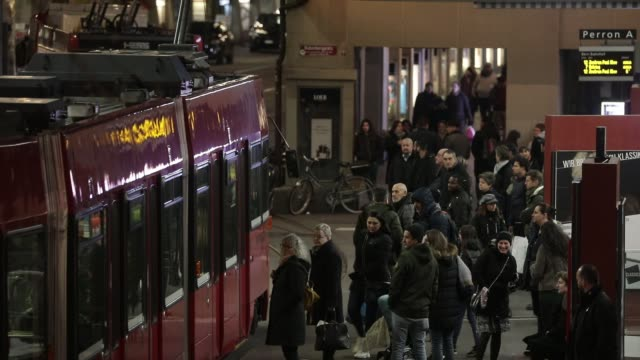 atmosphere during the evening rush hour at the tram station of bern central railway station on november 30, 2019 in bern, switzerland. - 路面軌道点の映像素材/bロール