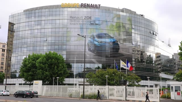 vidéos et rushes de atmosphere in front of french car manufacturer renault headquarters on june 16 2020 in boulogne billancourt france french carmaker renault announce... - isore vincent